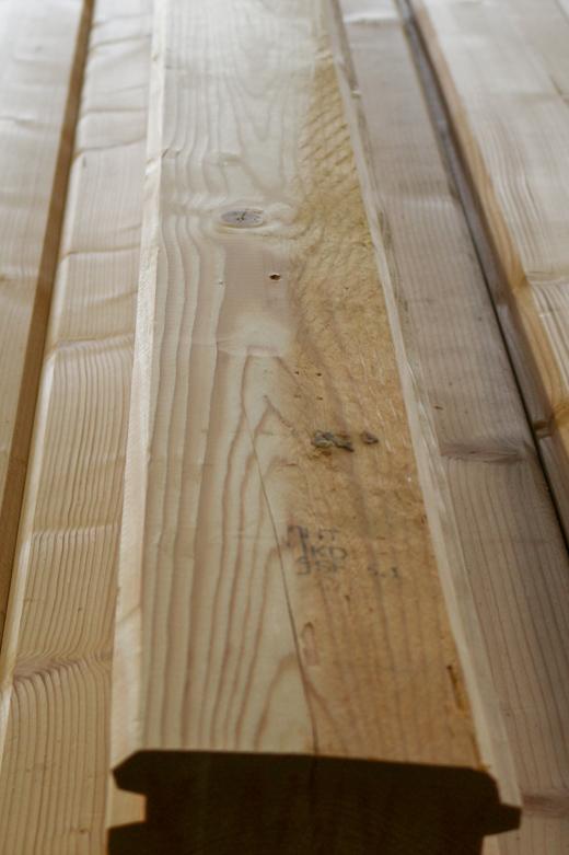 Hieman vajaaksi jäänyt höyläyspinta 92x145 höylähirressä (Muuttuu hionnan / maalauksen jälkeen huomaamattomaksi)