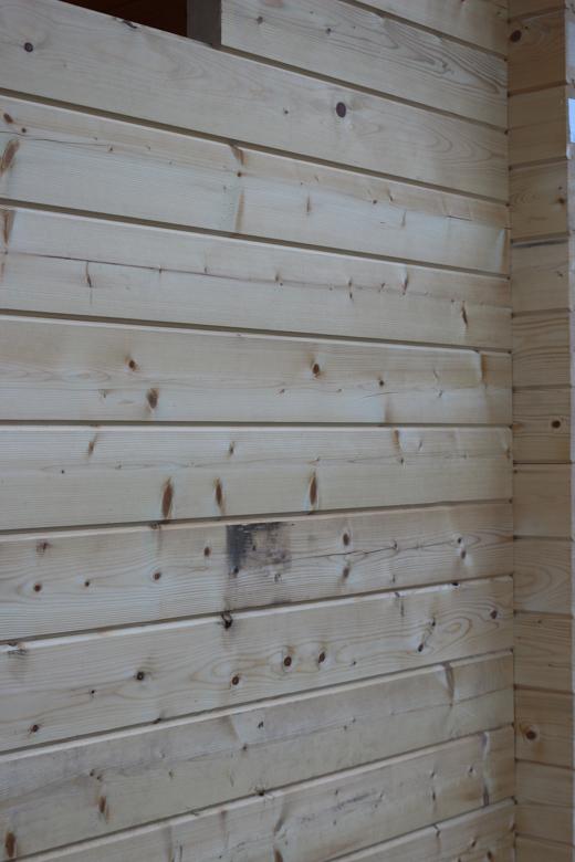 Pystytettyä seinää kakkoslaadun hirrestä (70x145 höylähirsi)